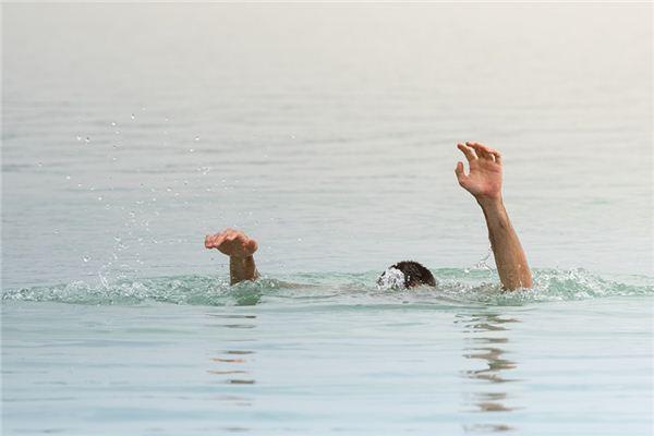 夢見自己溺水