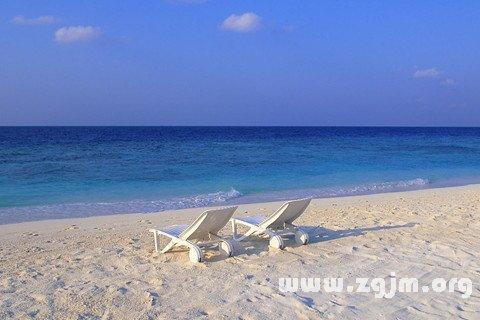 梦见在沙滩上走
