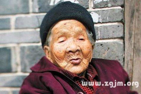 女人梦见自己变老