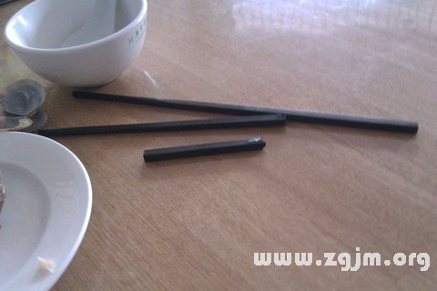 梦见吃饭筷子断了一根