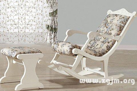 做梦躺在长椅子上面