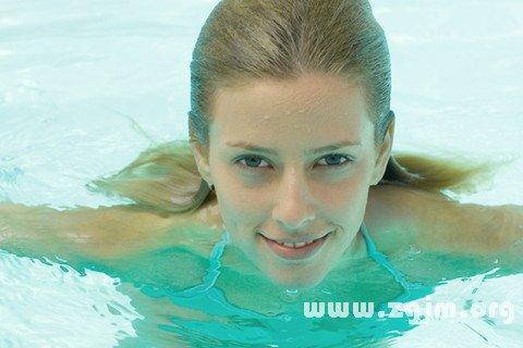 梦见自己游泳