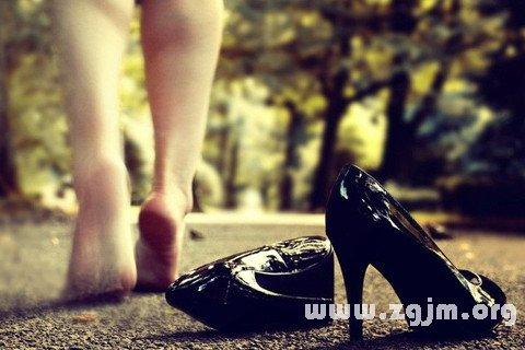 梦见穿高跟鞋