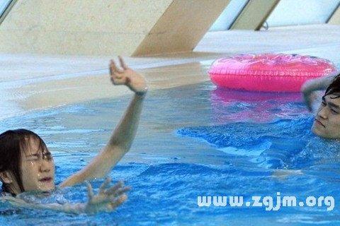 梦见游泳救人