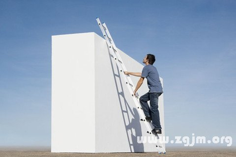 别人爬梯子