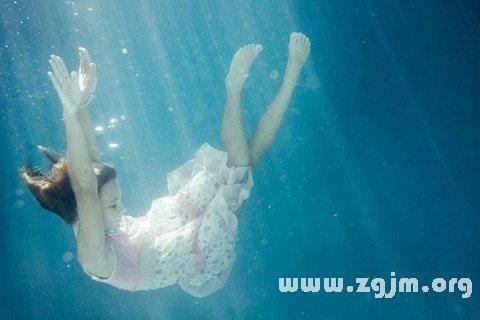 梦见在水中挣扎
