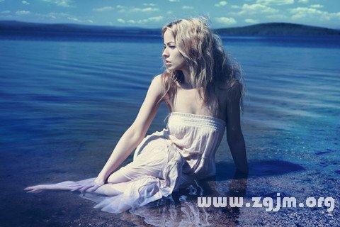 梦见坐在水中