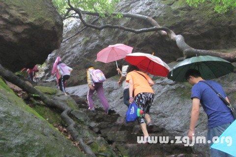 梦见雨中登山