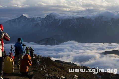 梦见在山顶上俯瞰云海