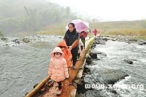 梦见淋着雨渡河