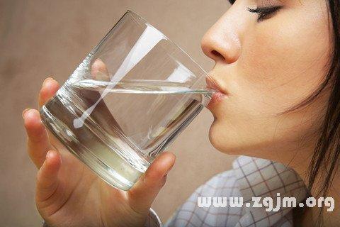 梦见白己喝水