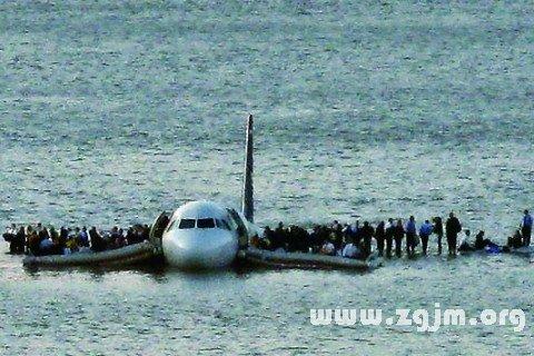 梦见机坠船毁