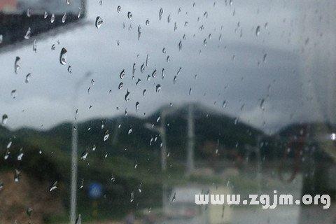 梦见山上下雨