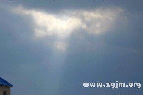 梦见云破而阳光照耀