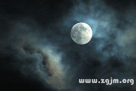 梦见满月在半空中大放光彩