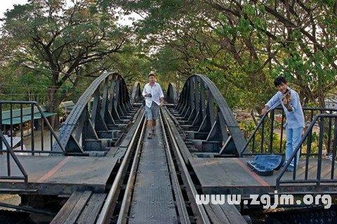 庄闲游戏在铁桥上行走