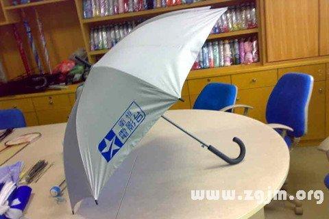 梦见公司发雨伞