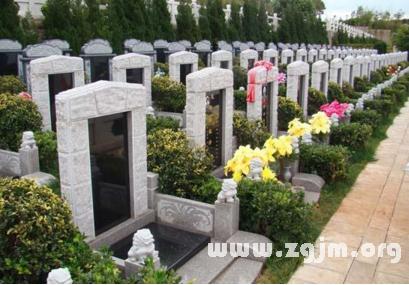 梦见许多坟墓