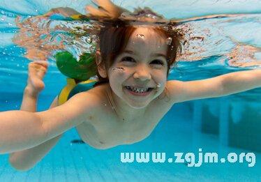 梦见自己在游泳