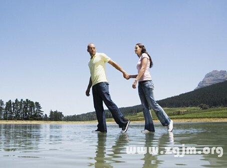 梦见别人在水里走路
