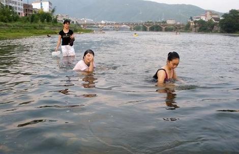 �粢�在河里游泳�D片 217404 470x303