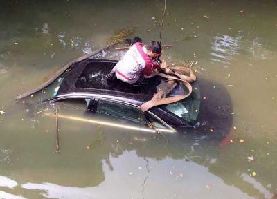 梦见汽车掉河里