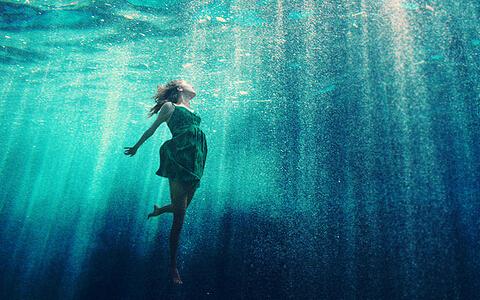 在大水中游泳