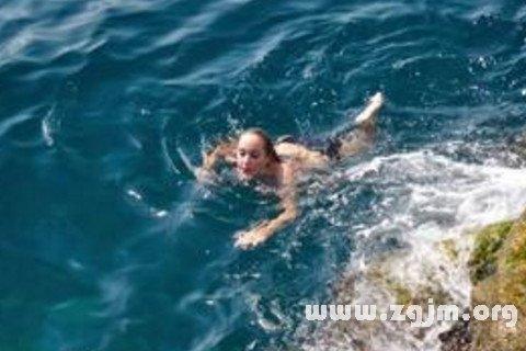�粢�在海里游泳�D片 33194 480x320