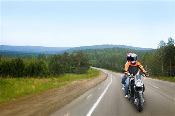 梦见骑摩托车摔倒