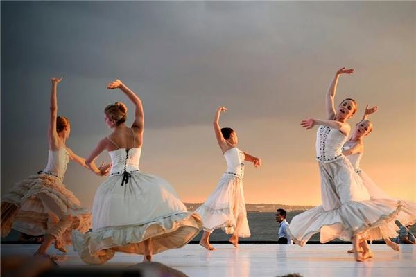 梦见很多人跳舞
