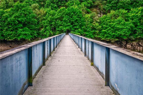 梦见在桥的栏杆上行走