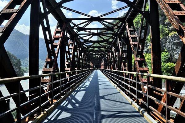 梦见在铁桥上行走