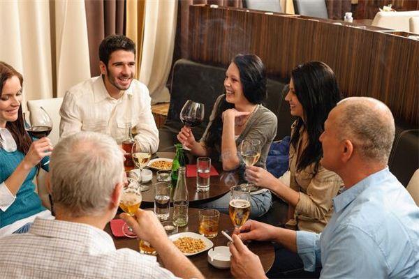 梦见在家里与家人一起用餐