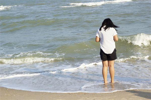 梦见波浪涌向脚下