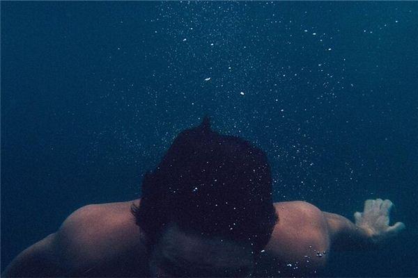 梦见潜入河的深处