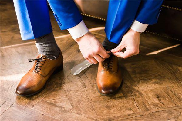 梦见自己穿鞋