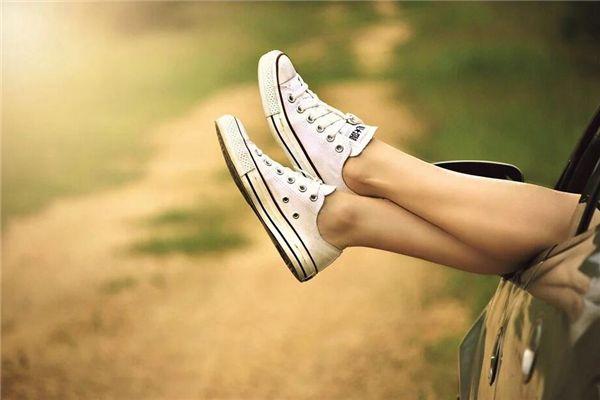 梦见鞋子进水