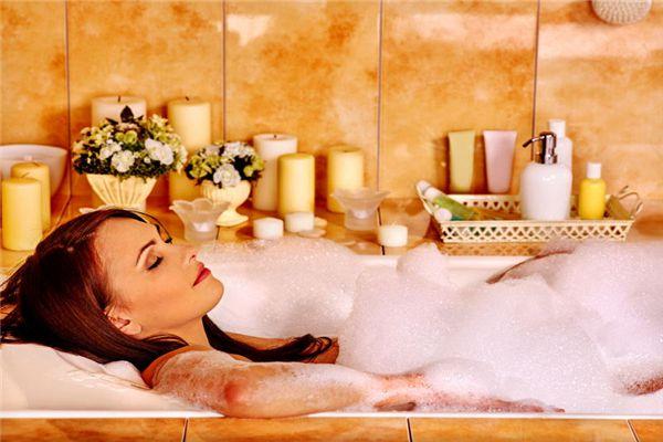 梦见光身洗澡