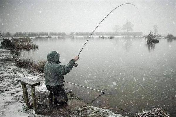 梦见水中钓鱼