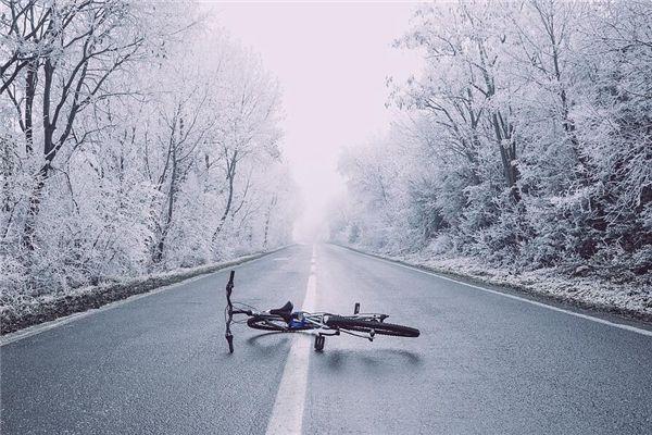 梦见骑车摔倒