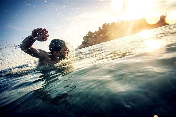 梦见泥水游泳
