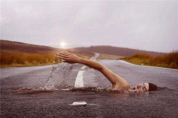 梦见污水游泳