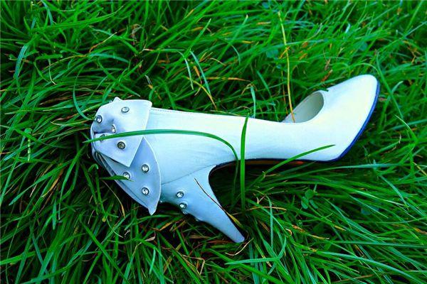 梦见旧的鞋子丢了一只