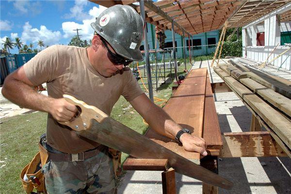梦见自己家请木匠做工