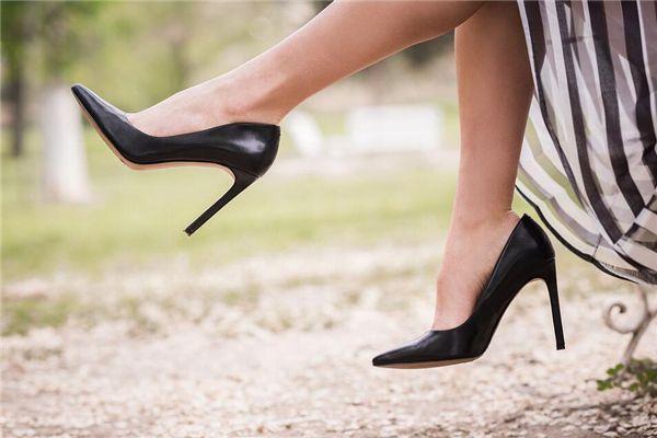 梦见光脚买鞋