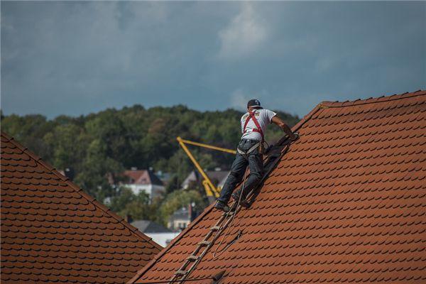 梦见爬上屋顶