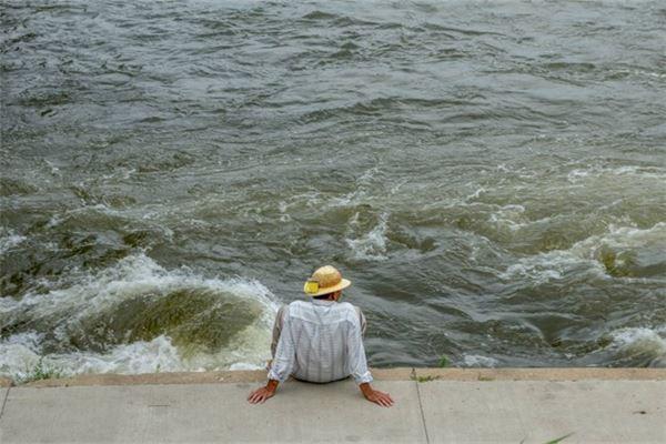 梦见自己站在海岸上