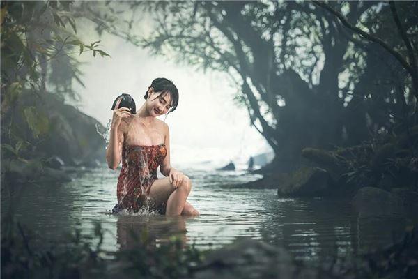 梦见在泉水里洗澡