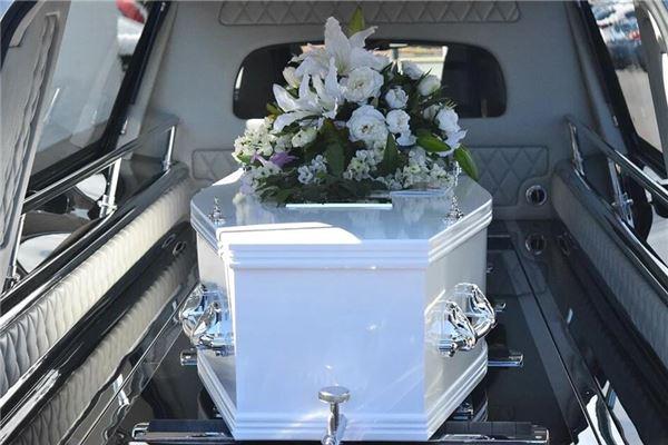 梦见白色的棺材
