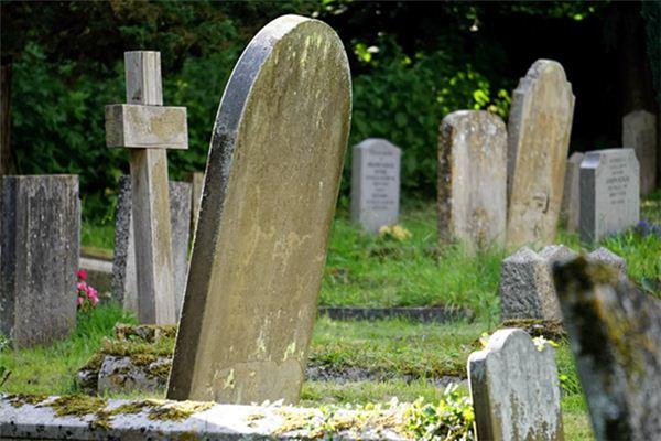 梦见很多坟墓
